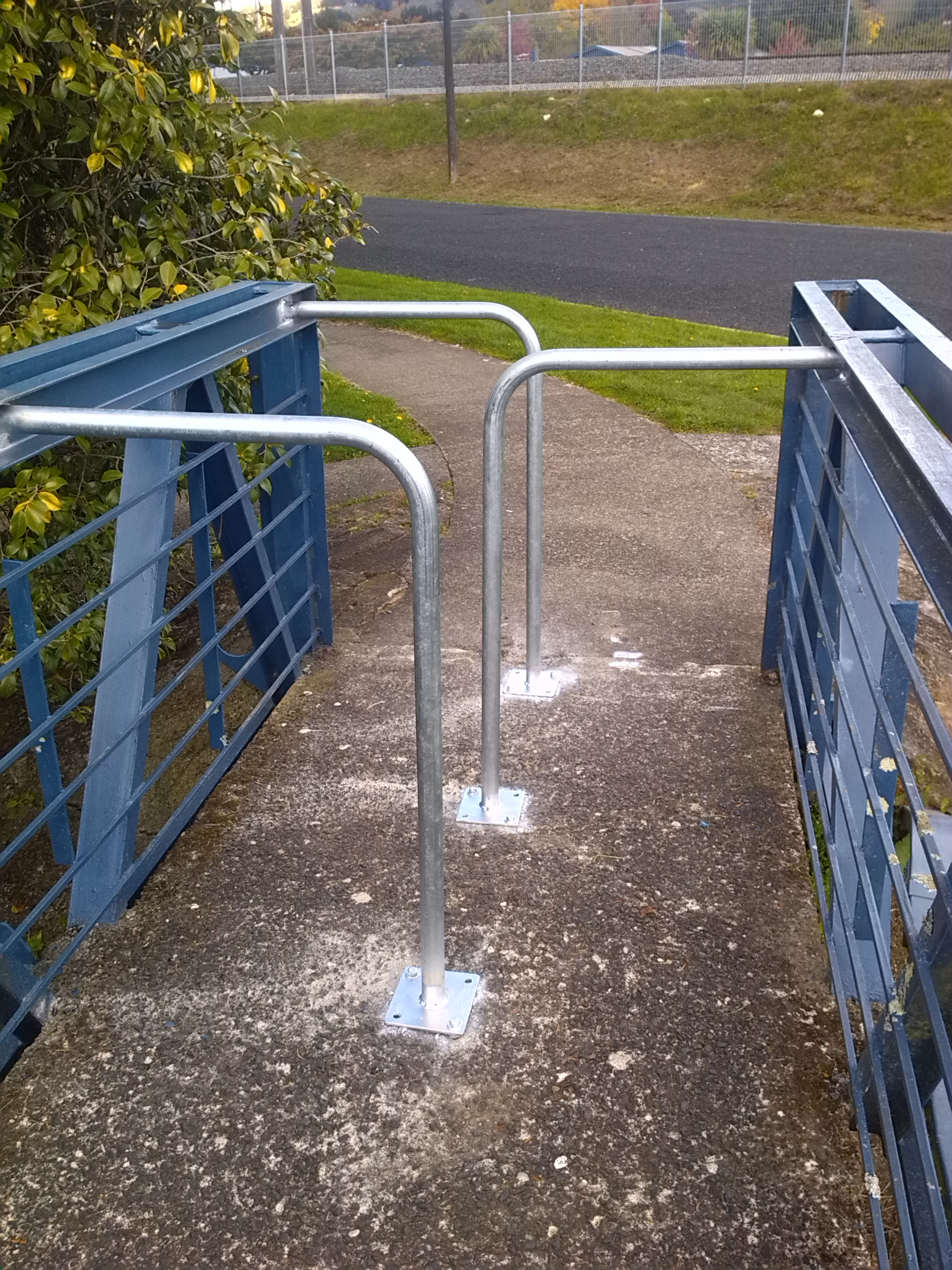 Fixed steel barrier on pedestrian bridges
